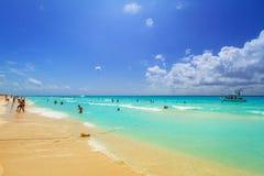 La gente sulla spiaggia di Playacar al mar dei Caraibi Immagini Stock