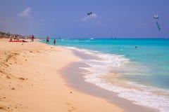 La gente sulla spiaggia di Playacar al mar dei Caraibi del Messico Fotografia Stock