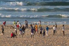 La gente sulla spiaggia di Yoff, Dakar Immagini Stock
