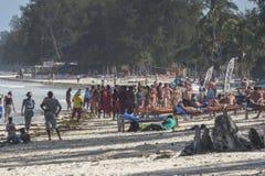 La gente sulla spiaggia di Zanzibar Immagini Stock Libere da Diritti