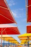 La gente sulla spiaggia e sugli ombrelli fotografia stock