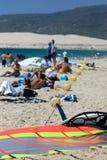 La gente sulla spiaggia kitesurfing attiva occupata in Spagna Fotografia Stock Libera da Diritti
