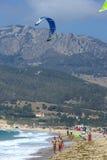 La gente sulla spiaggia kitesurfing attiva in Spagna Immagine Stock