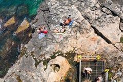 La gente sulla spiaggia urbana nella città di Siracusa in Sicilia Immagini Stock Libere da Diritti