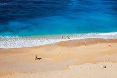 La gente sulla spiaggia vicino al mare Fotografie Stock Libere da Diritti