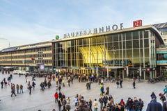 La gente sulla stazione ferroviaria principale in Colonia in Germania Immagini Stock Libere da Diritti