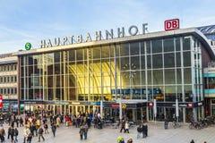 La gente sulla stazione ferroviaria principale in Colonia in Germania Fotografia Stock Libera da Diritti