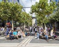 La gente sulla strada dei negozi Zeil a Francoforte sul Meno Immagine Stock Libera da Diritti