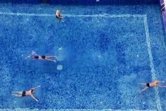 La gente sulla vacanza nella piscina Fotografia Stock