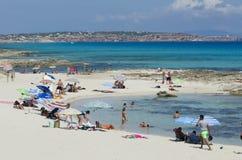 La gente sulla vacanza sulla spiaggia a Formentera Immagini Stock
