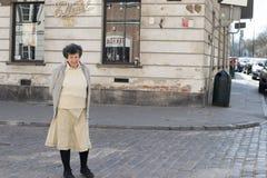 La gente sulla via centrale di Varsavia Immagine Stock Libera da Diritti