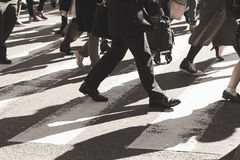 La gente sulla via del passaggio pedonale Fotografie Stock Libere da Diritti