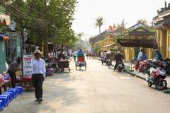La gente sulla via della città antica di Hoi An immagini stock
