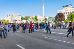 La gente sulla via di Khreshchatyk nella città di Kiev Fotografie Stock Libere da Diritti