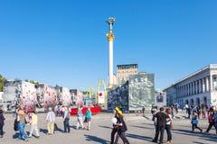 La gente sulla via di Khreshchatyk vicino a Maidan a Kiev Fotografia Stock