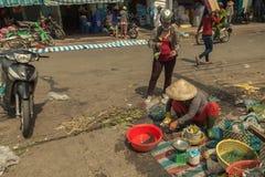 La gente sulla via di paese asiatico - il Vietnam e la Cambogia Fotografie Stock