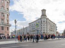 La gente sulla via di Tverskaya, Mosca Immagine Stock