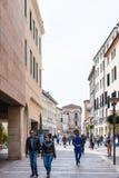 La gente sulla via nella città di Padova in primavera Fotografie Stock Libere da Diritti
