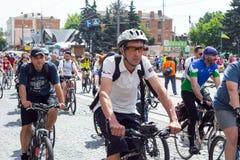 La gente sulle biciclette, durante il giro della bici fotografia stock libera da diritti