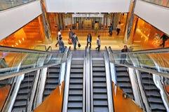 La gente sulle scale mobili Immagine Stock