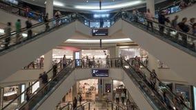 La gente sulle scale mobili nel centro commerciale Fotografia Stock Libera da Diritti