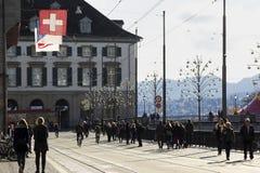 La gente sulle vie di Zurigo in Svizzera Immagine Stock