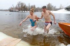 La gente sumerge en agua helada durante la celebración de la epifanía Fotografía de archivo