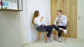 La gente, svago e concetto di comunicazione - amici felici che incontrano e che bevono caffè e tè video d archivio