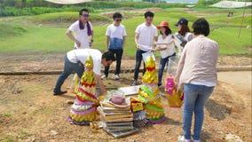 La gente Tailandés-china quema el papel de oro y plata y cosas útiles al antepasado almacen de metraje de vídeo