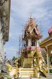 La gente tailandesa asiática del trabajador renueva y repara chedi del restablecimiento en Wa Fotografía de archivo libre de regalías