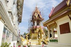 La gente tailandesa asiática del trabajador renueva y repara chedi del restablecimiento en Wa Fotografía de archivo