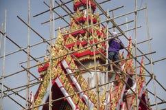 La gente tailandesa asiática del trabajador renueva y repara chedi del restablecimiento en Wa Fotos de archivo