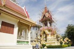 La gente tailandesa asiática del trabajador renueva y repara chedi del restablecimiento en Wa Imágenes de archivo libres de regalías