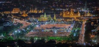 La gente tailandesa canta a canción con el enemigo de la vela el adulya de rey Bhumibol Imágenes de archivo libres de regalías