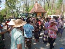 La gente tailandesa celebra el festival de Songkran o el festi tailandés del ` s del Año Nuevo Imágenes de archivo libres de regalías
