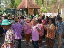 La gente tailandesa celebra el festival de Songkran o el festi tailandés del ` s del Año Nuevo Fotografía de archivo