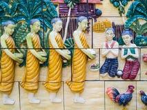 La gente tailandesa cree cree a monjes del mérito Imagen de archivo