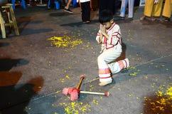 La gente tailandesa de los niños muestra el tambor para dar vuelta lejos a la victoria o al tambor KlongSabatChai Imágenes de archivo libres de regalías