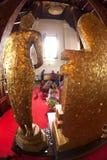 La gente tailandesa del budismo adora en Buda en el templo de Wat Naprameru Imágenes de archivo libres de regalías