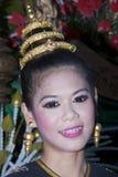 La gente tailandesa flota en el agua las pequeñas balsas (Krathong Foto de archivo libre de regalías