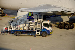 La gente tailandesa llena el depósito de gasolina de aviones Fotografía de archivo libre de regalías