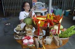 La gente tailandesa prepara la comida de ofrecimiento sacrificatoria en la tabla para ruega Foto de archivo libre de regalías