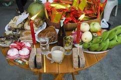 La gente tailandesa prepara la comida de ofrecimiento sacrificatoria en la tabla para ruega Fotografía de archivo libre de regalías