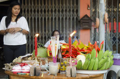 La gente tailandesa prepara la comida de ofrecimiento sacrificatoria en la tabla para ruega Fotos de archivo