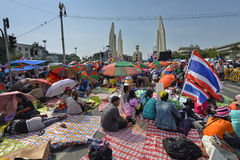 La gente tailandesa protesta contra la corrupción del gobierno de Thaksin contra el área del monumento de la democracia Foto de archivo libre de regalías