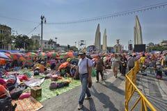 La gente tailandesa protesta contra la corrupción del gobierno de Thaksin contra el área del monumento de la democracia Imagen de archivo libre de regalías