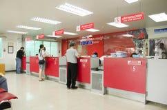 La gente tailandesa que envía el paquete postal y al empleado mantiene al cliente cerca fotografía de archivo libre de regalías