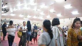 La gente tailandesa respeta la rogación con Luang Phor Sothorn en Chachoengsao, Tailandia almacen de video