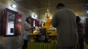La gente tailandesa respeta la rogación y la visita para bendecir de Luang Phor Pak Daeng almacen de metraje de vídeo