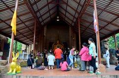 La gente tailandesa ruega con la flor, el palillo de ídolo chino y la vela para Buda s Fotos de archivo libres de regalías